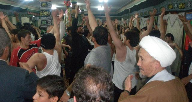 جامعہ امام صادق میں عزاداران امام حسین (ع) ماتم کر رہے ہیں