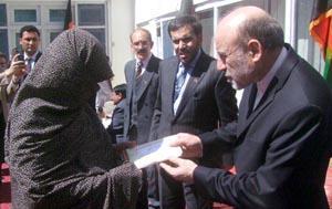 ہزارہ ٹاؤن بم دھماکے میں جاں بحق اور زخمی افغان باشندوں کو افغان سفیر نے امدادی رقم دیدی۔